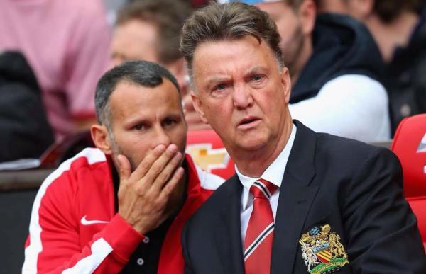 Louis van Gaal a colloquio col suo vice, e bandiera dello United, Ryan Giggs